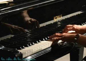 manos pianista firma